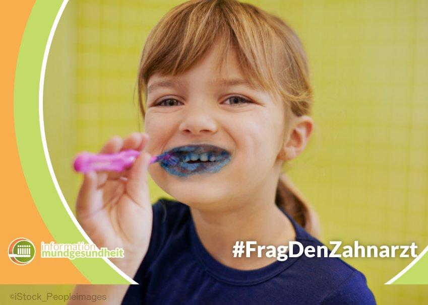 mädchen putzt zähne mit blauer farbe - information mundgesundheit