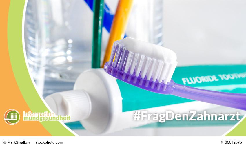 fluoride gegen karies -zahnbürsten mit zahnpasta und zahnpastatuben