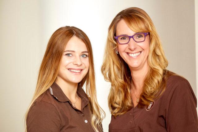 Dentalhygienikerinnen Selina Schimmank und Ester Hoekstra kennen sich aus mit Implantat-Prophylaxe.