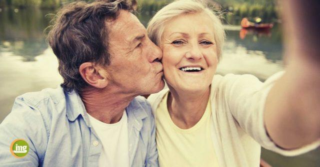 Älteres Paar ist glücklich über gesunde Implantate dank Prophylaxe beim Zahnarzt.