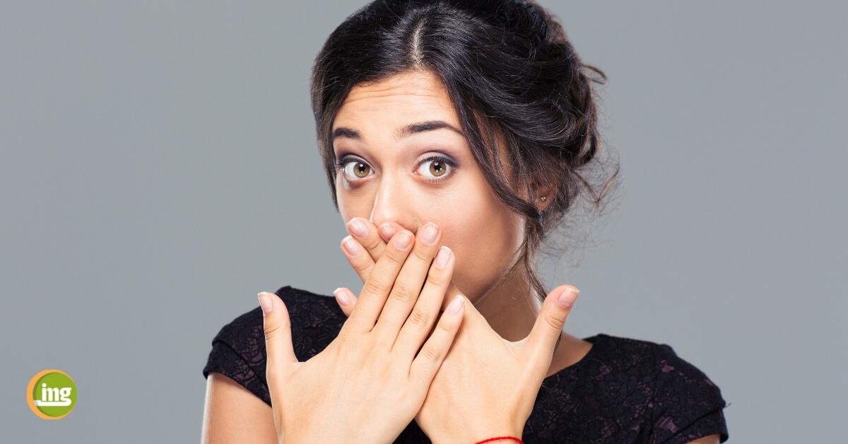 Junge Frau schützt ihre Zähne vor Zahnfeinden wie Karies und Parodontitis.