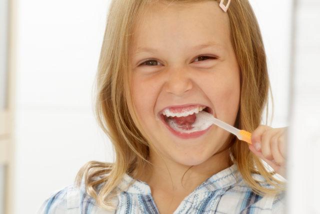Zähne putzen mit Zahnpasta mit Flouriden senkt das Kariesrisiko bei Kindern