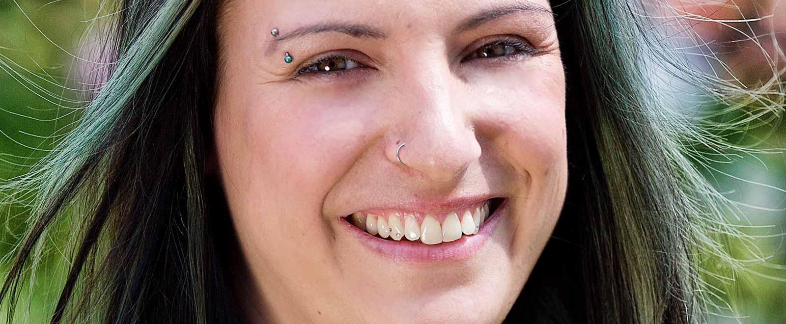 Junge Frau mit Zahnschmuck