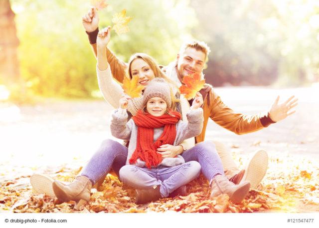 Familie im Herbst aktive für das Immunsystem und die Gesundheit