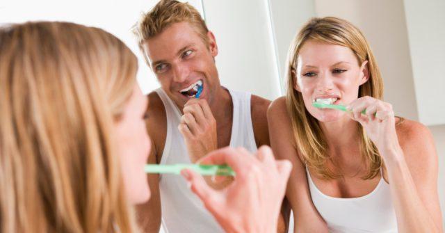 paar putzt sich im badezimmer die zähne