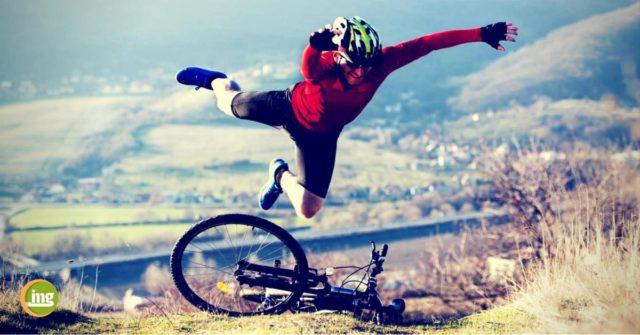 mountainbiker stürzt mit dem fahrrad