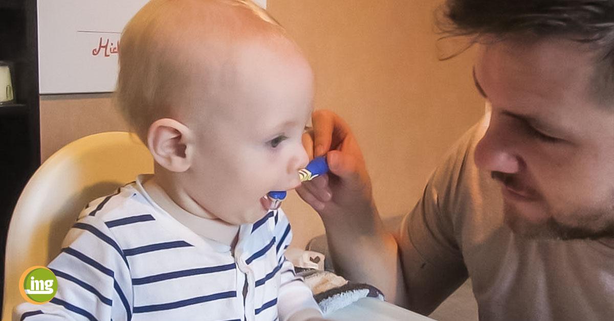 kleines kind und sein vater putzen zähne