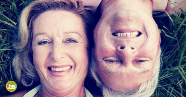 Älteres Paar lacht mit schönen Zähnen zum Welt-Osteoporose-tag