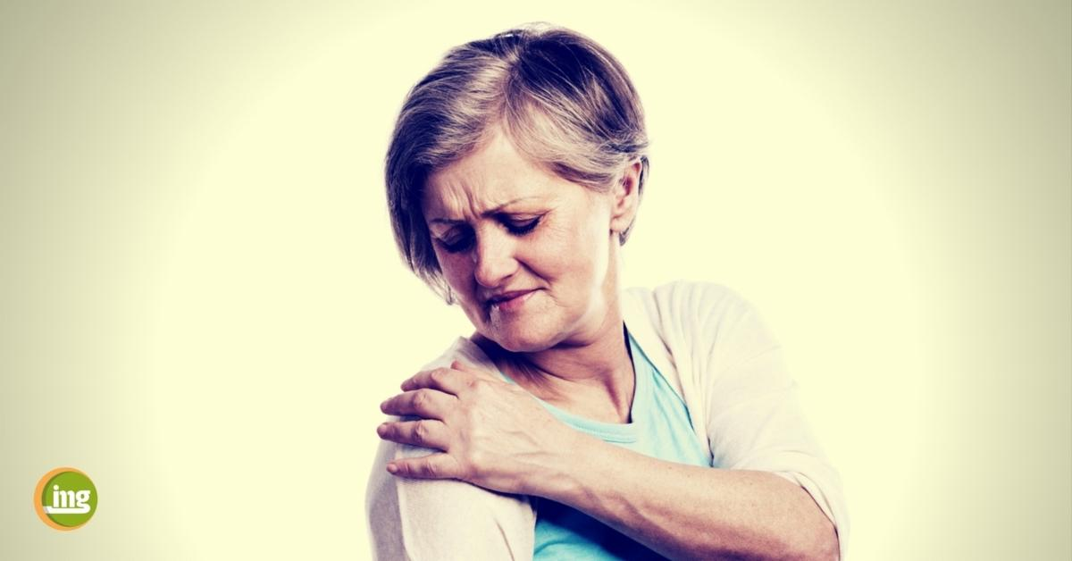ältere dame hält sich die schmerzende schulter - informaiton mundgesundheit zum rheuma tag