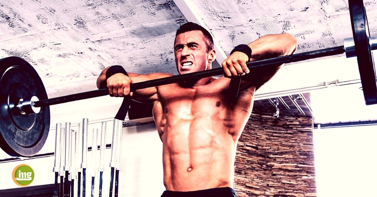 information mundgesundheit kraftsportler zeigt zähne im fitnessstudio
