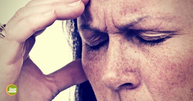 Ältere Frau fasst sich mit der Hand an die Stirn - information mundgesundheit zum welt-schlaganfall-tag