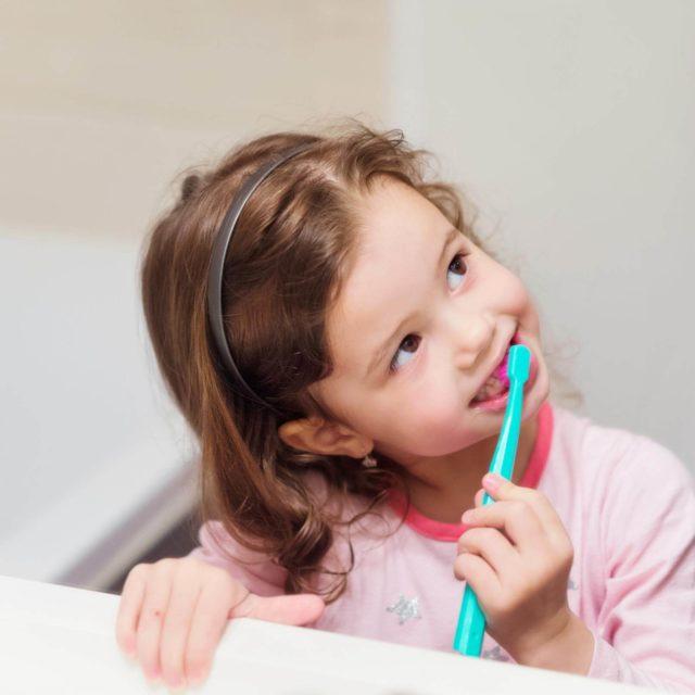 Auch für kleine Kinder sind Zahnpasta mit Fluorid wichtig und unbedenklich - wenn die Eltern wissen, worauf es ankommt. Information Mundgesundheit klärt auf.