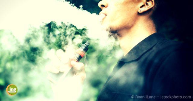 Junger Mann mit E-Zigarette. E-Zigaretten sind keine Alternative und können Schäden hervorrufen. Ein Artikel der Zahnarztwoche bei Information Mundgesundheit.