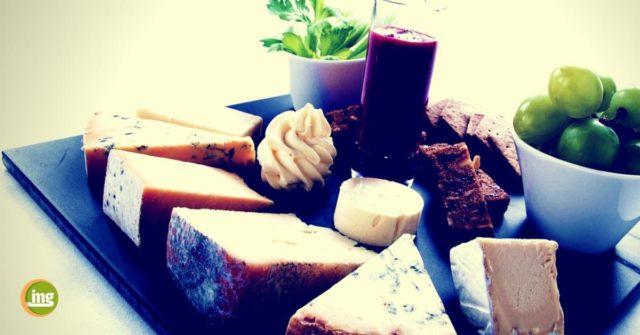 Käse enthält Proteine, Fett und Mineralien, die unsere Zähne schützen können. Laut einiger Studien wirken bestimmte Inhaltsstoffe gegen die Kariesbakterien.