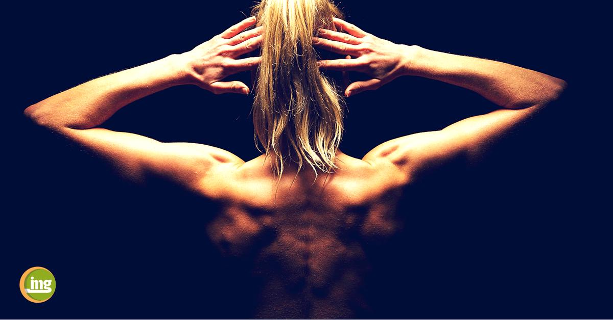 Junge Frau zeigt zum Tag des gesunden Rückens ihre starke Muskulatur und einen starken Rücken: Information Mundgesundheit!