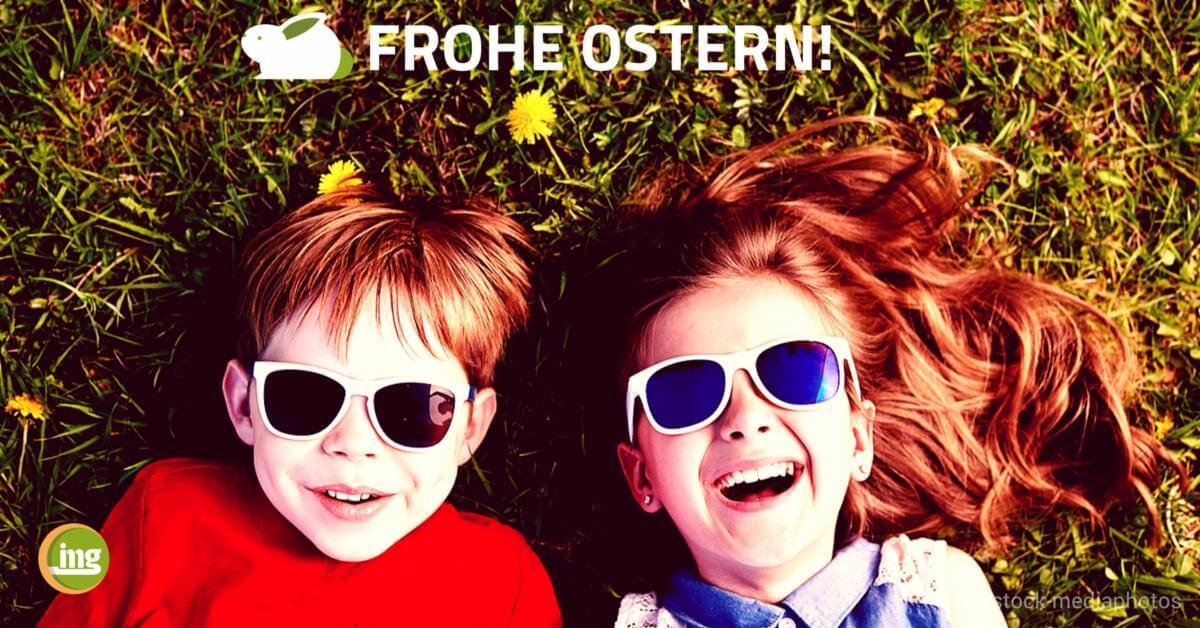 Junge und Mädchen liegen lachend im Gras mit Sonnenbrillen. Zu Ostern geht es um Hasenzähne und wie der Zahnarzt helfen kann - auf Information Mundgesundheit