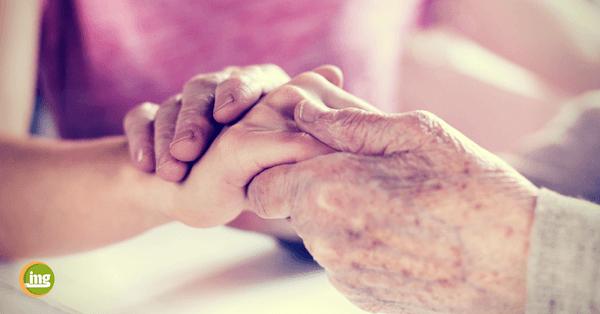 Hände einer alten Frau halten Hand einer jungen Frau. Informationen zum Welttag der Pflege auf Information Mundgesundheit.