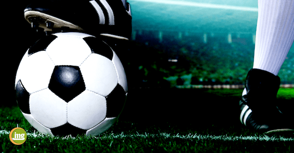 Fußballschuh auf Fußball: Zum Beginn der Fußballweltmeisterschaft in Russland erklärt Information Mundegsundheit, warum gesunde Zähne für den Erfolg wichtig sind.