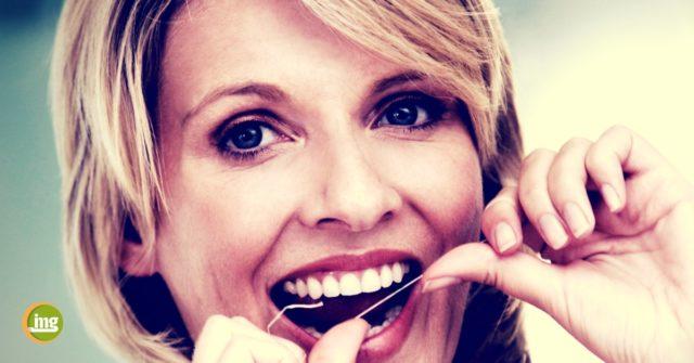 Frau benutzt Zahnseide. Information Mundgesundheit informiert zur Reinigung der Zahnzwischenräume.