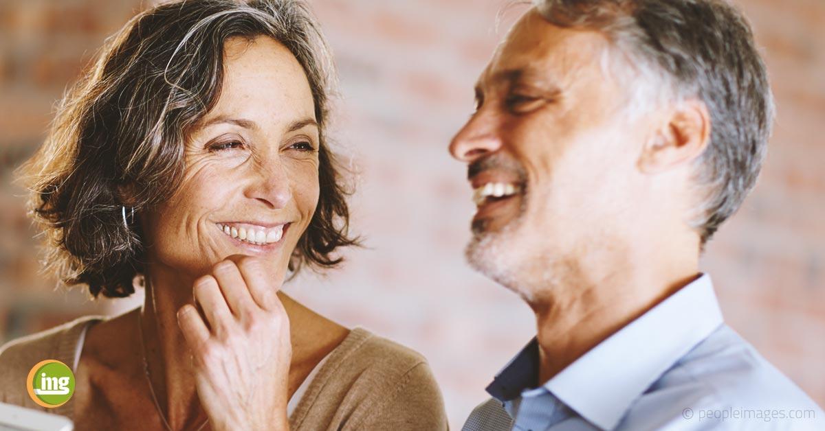 Ein Paar lächelt mit festen Zähnen