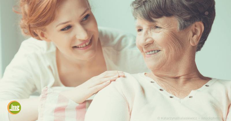 junge frau lächelt alte frau an zum weltosteoporosetag 2018