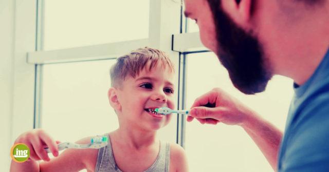 Vater und Sohn putzen sich die Zähne. Information Mundgesundheit fragt, wie nachhaltig Zahnbürsten sind