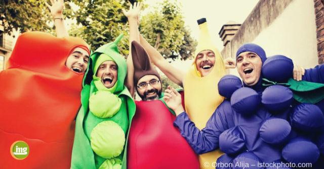 Vier verkleidete Männer feiern Karneval 2019 mit gesunden Zähnen