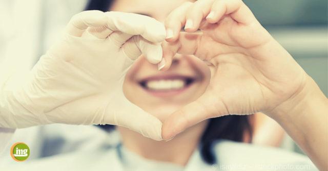 Zum Valentinstag 2019 formen ein Zahnarzt und ein Patient mit den Händen ein Herz.