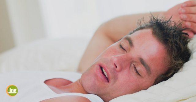 Mann schläft im Bett. Information Mundgesundheit berichtet über Zähne und gesunden Schlaf.
