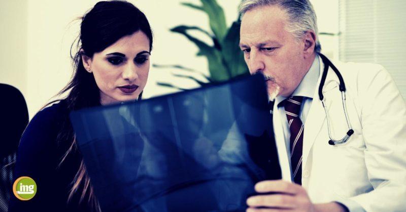 Arzt erklärt Frau ein Röntgenbild. Information Mundgesundheit klärt zum Weltosteoporosetag auf.