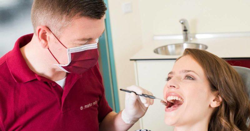 Dr. Marko Reiter untersucht Patientin im Rahmen der Diabetessprechstunde in der Zahnarztpraxis in Wirges.