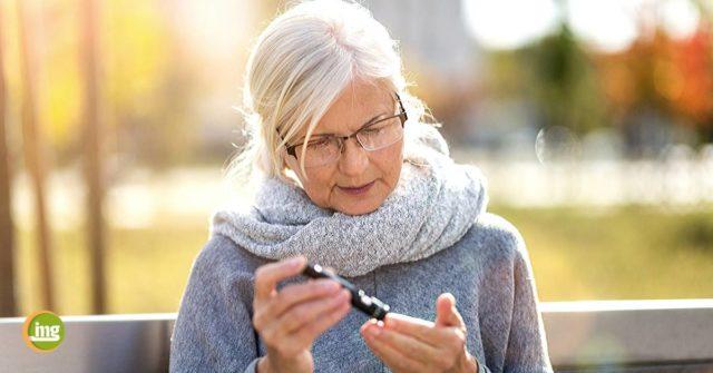 Ältere Frau mit Blutzuckertest. Information Mundgesundheit berichtet zum Weltdiabetestag.