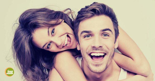 Junges Paar lacht mit schönen Zähnen. Gute Vorsätze für die Mundgesundheit in 2020.
