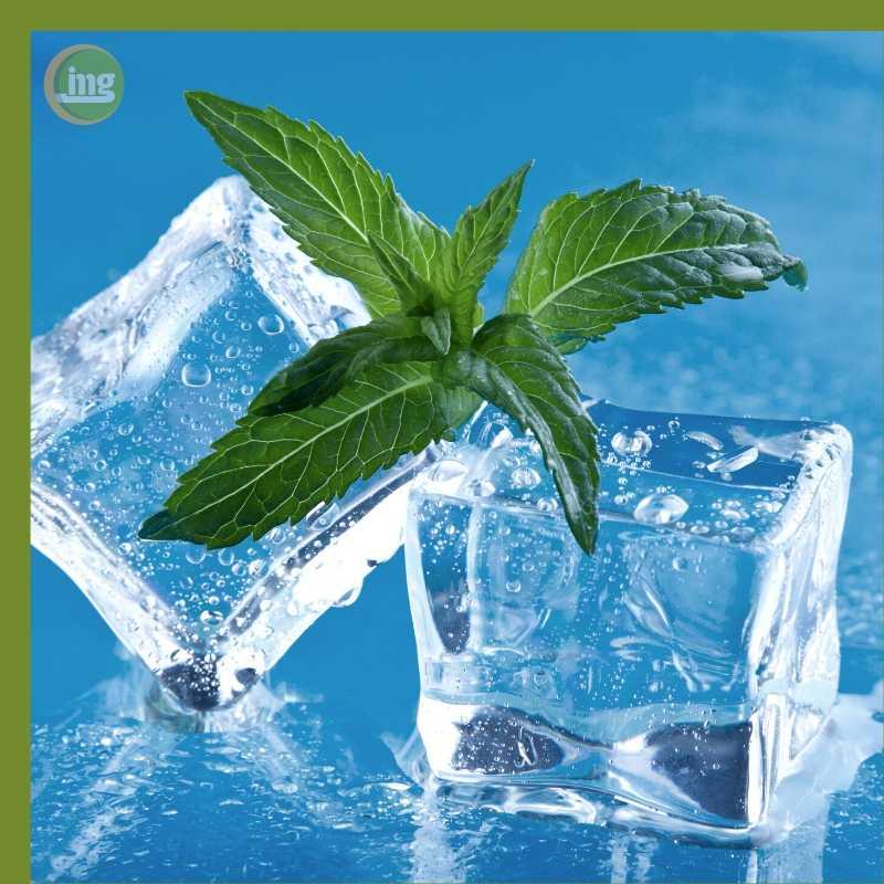 Das Hausmittel Eis kühlt und hemmt den Zahnschmerz.