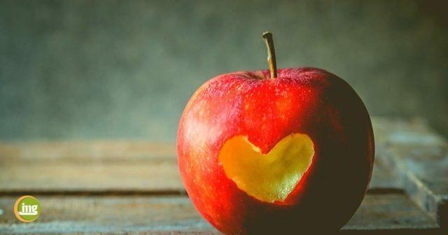 EIn süßer Apfel mit Herz für süße Küsse ohne Mundgeruch am Valentinstag