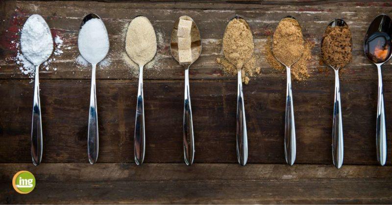 Löffel mit unterschiedlichen Zuckerarten und Zuckerformen