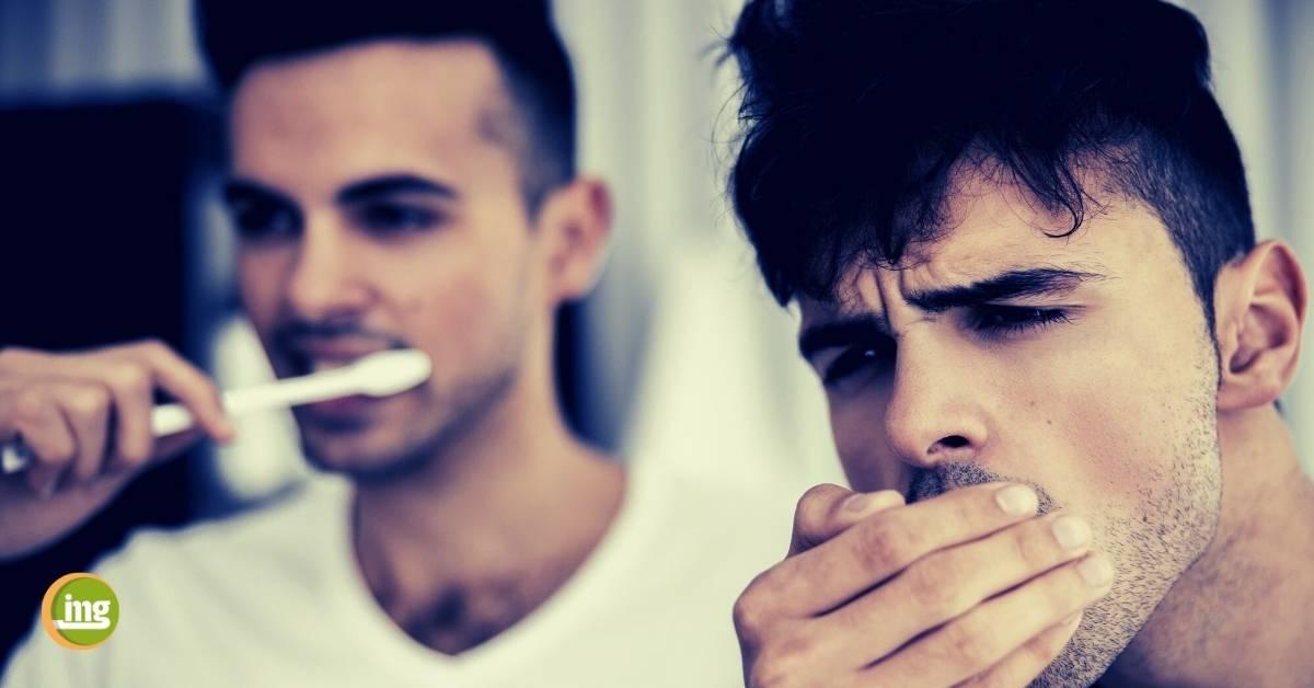 Männer bei der Zahnpflege. Information Mundgesundheit zum Weltmännertag 2020.