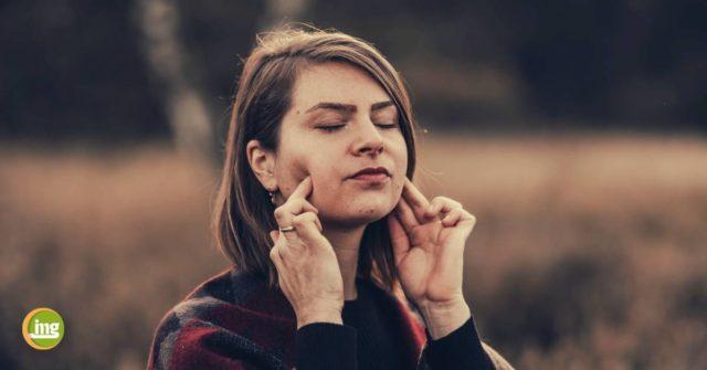 Zahnärztin Sarah Hinrichs erklärt zum Tag des gesunden Rückens, wie Yoga und Ayurweda dem Rücken und den Zähnen helfen. Information Mundgesundheit.
